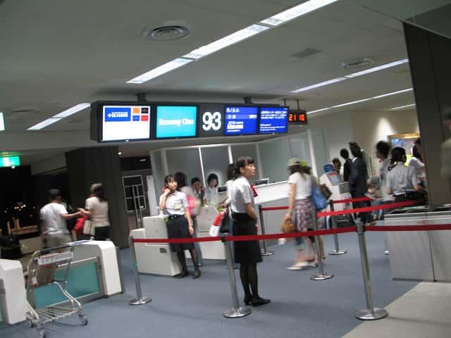 エコノミークラスでも空港でビジネスクラス気分を味わえる航空会社の選び方