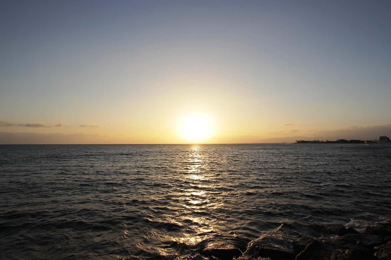 ワイキキの近くで気軽に行ける夕日の美しい絶景ビーチ