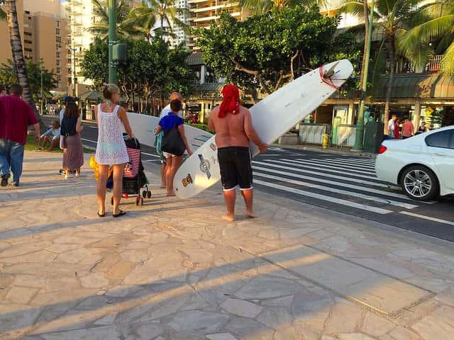 ハワイに初めてサーフボードを持ち込む人が気をつけるべき航空会社のサービスの事情