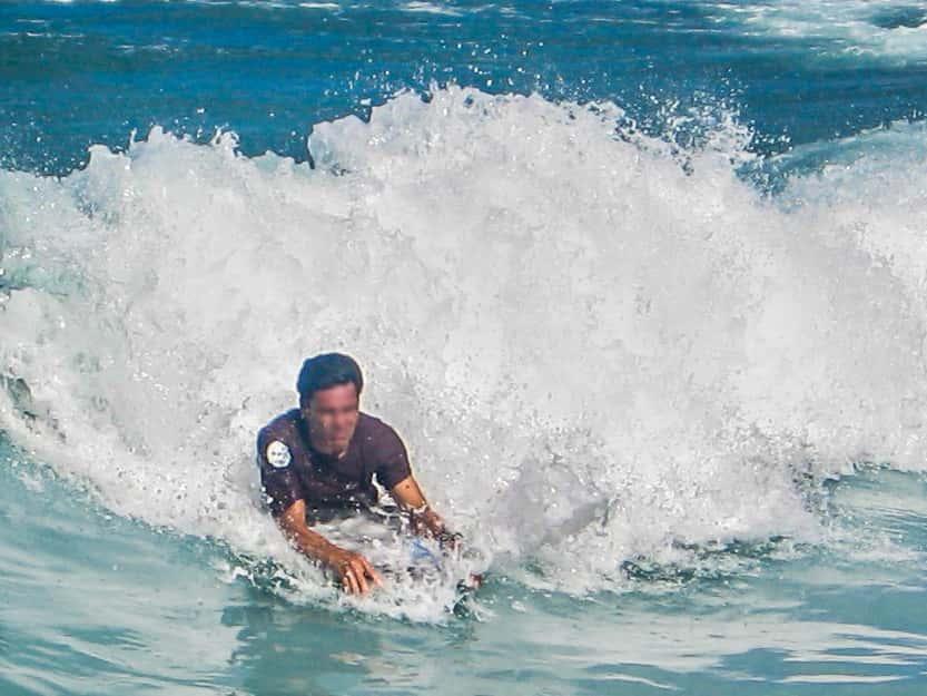 いいことだらけ!ハワイのビーチでラッシュガードを着るメリット