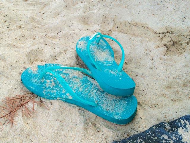 ロコに学ぶハワイでのサーフィン中使わない履物の管理方法