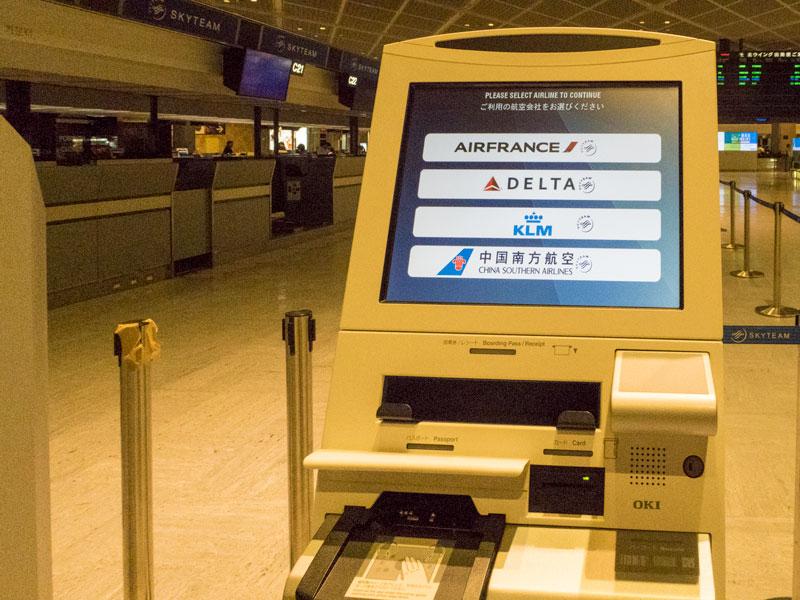 成田空港のチェックイン用の端末