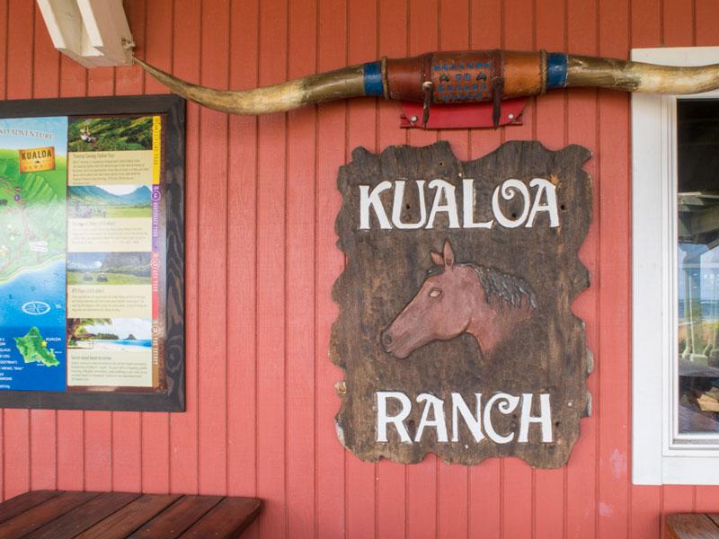 クアロア牧場の入り口前の看板