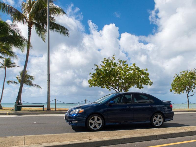 ハワイカイの海岸沿いを走る車