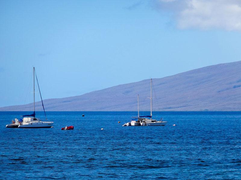 マウイ島のラハイナの海岸から見える船