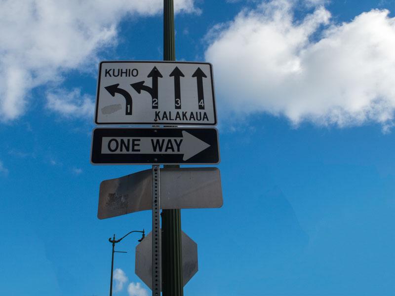 クヒオ通りとカラカウア通りの分岐点の標識