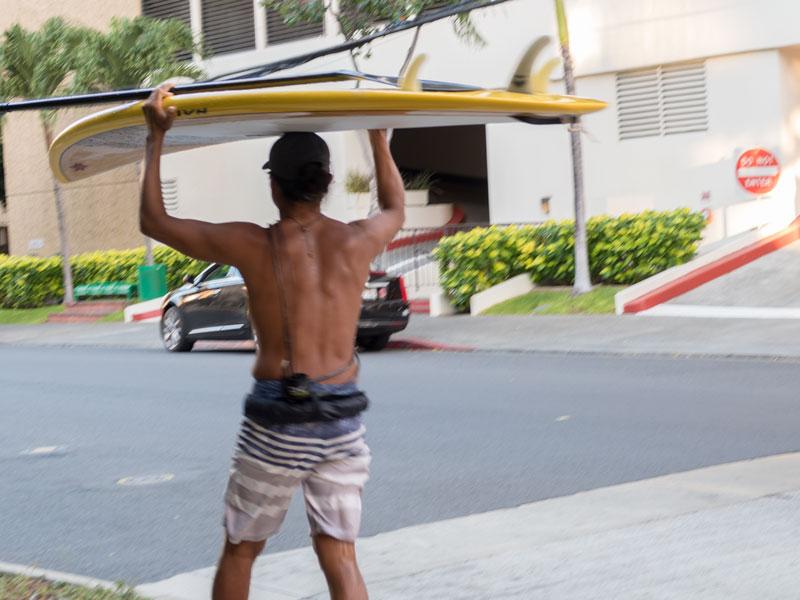 クヒオ通りを歩くワイキキのサーファー