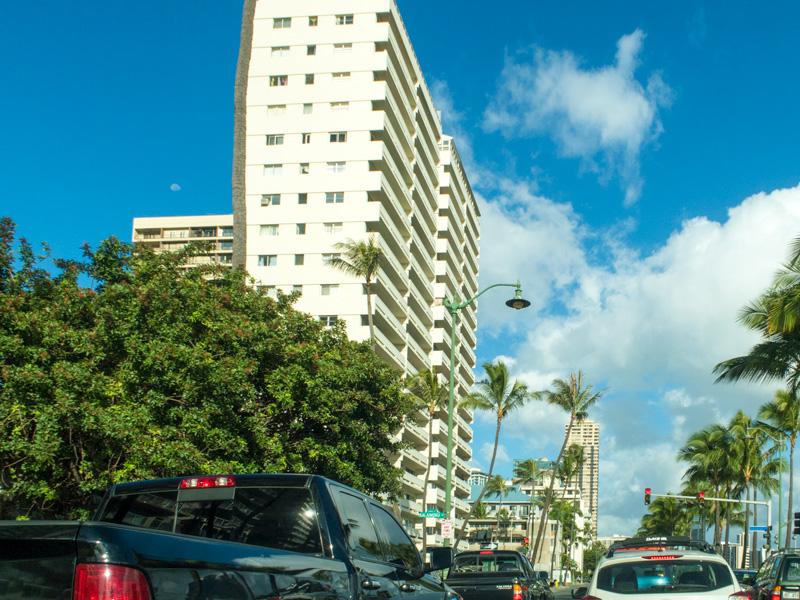 カライモク通りとアラワイ通りの交差点