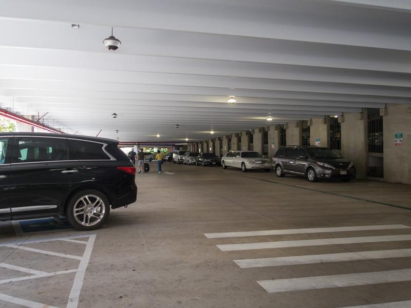 ホノルル空港の駐車場