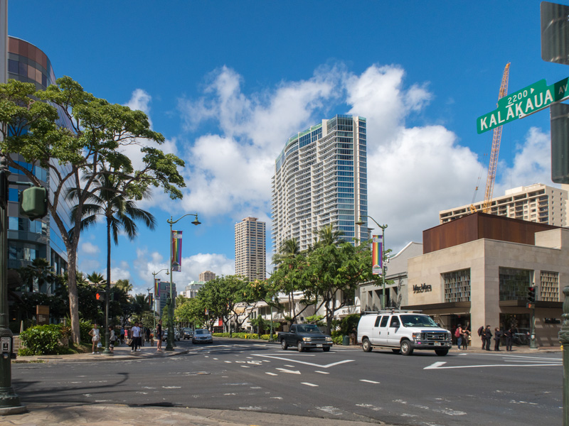 ワイキキのカラカウア通り沿いの風景