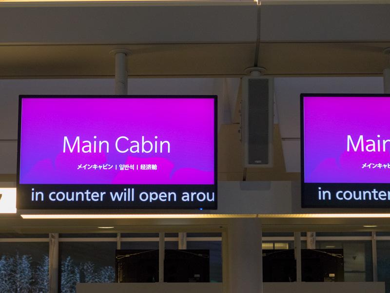羽田空港のハワイアン航空のチェックインカウンターの様子