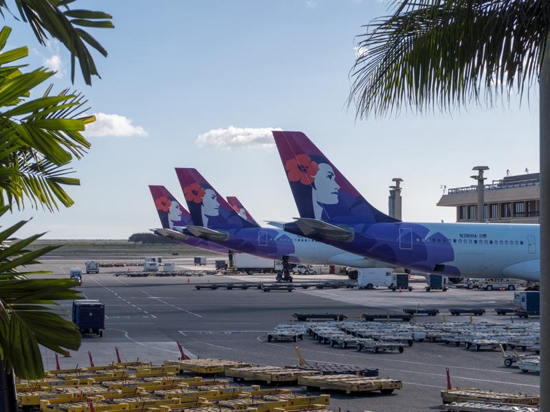ホノルル空港のハワイアン航空の飛行機