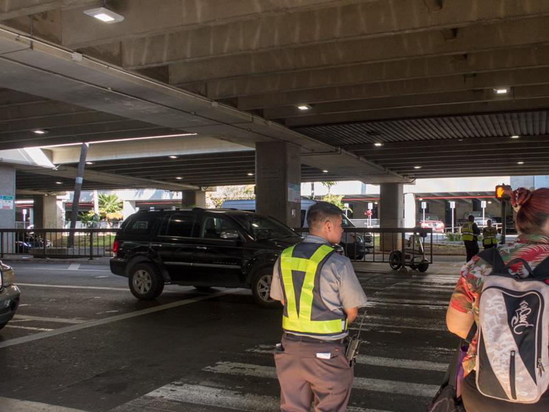ホノルル空港の個人出口前の風景