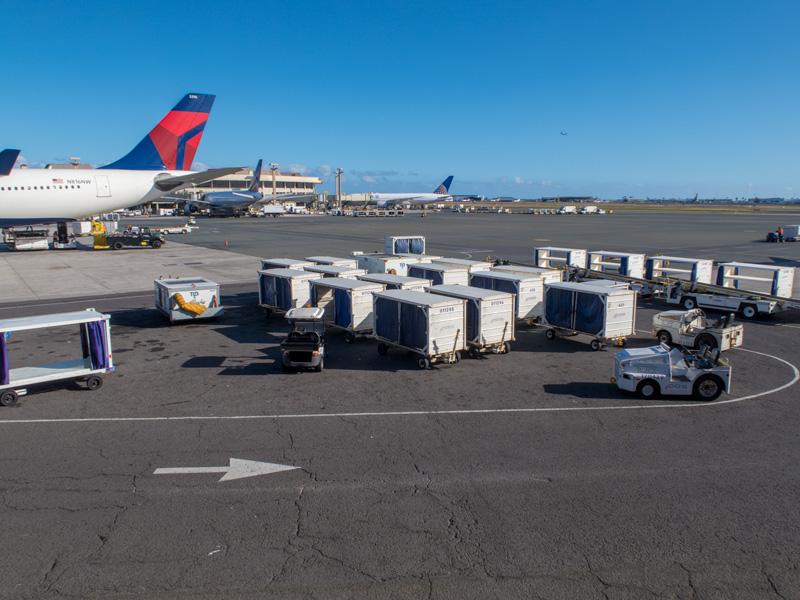 ホノルル空港に止まるデルタ機の尾翼