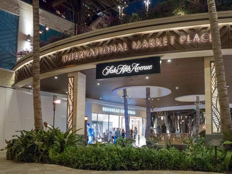 リニューアル後のインターナショナルマーケットプレイスの夜