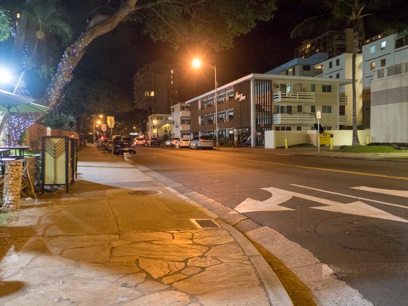 夜のワイキキのカネカポレイ通りの様子