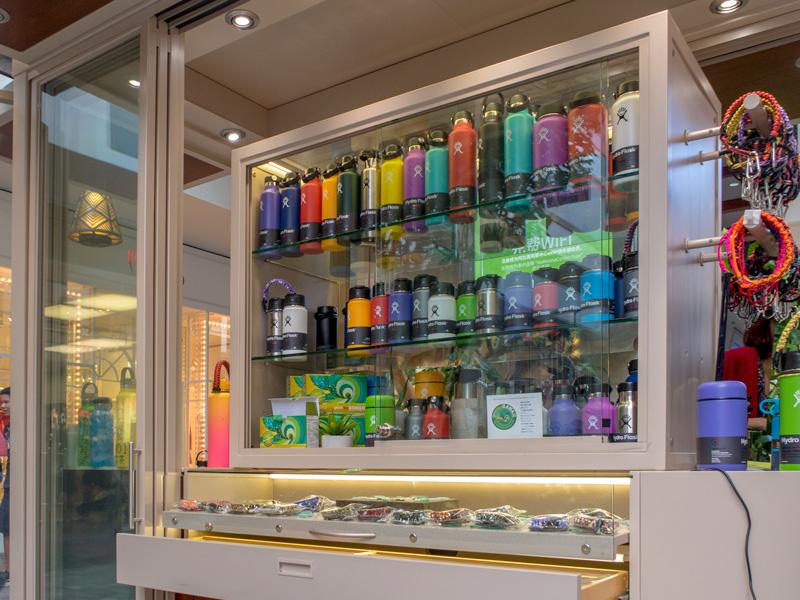 アラモアナセンターでHydro Flaskのボトルを扱っている路上の店