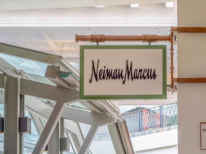 アラモアナセンター内にあるニーマン・マーカスの看板