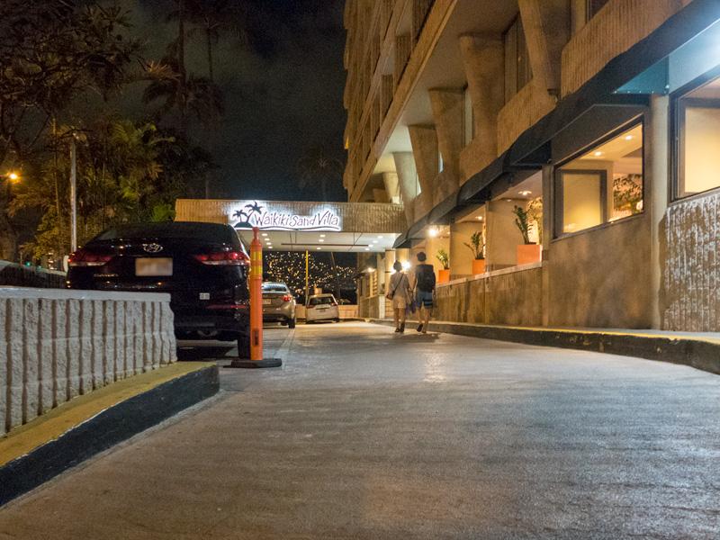夜のワイキキサンドビラホテルの玄関前