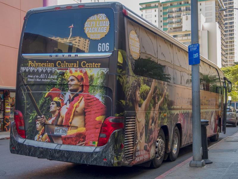 ポリネシア・カルチャー・センター行きの大型バス
