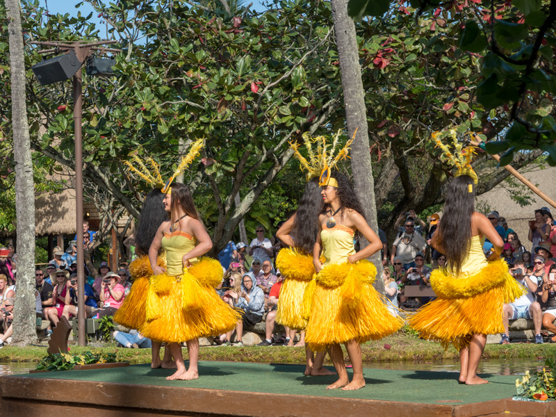 ポリネシア・カルチャー・センターのカヌーショーのタヒチアンダンス