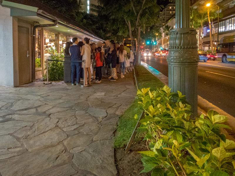 丸亀製麺ワイキキ店前に夜できた長い行列