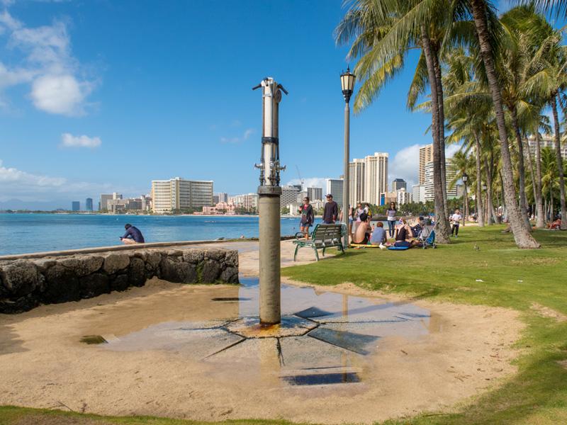 ワイキキビーチの屋外シャワーの様子がわかる写真