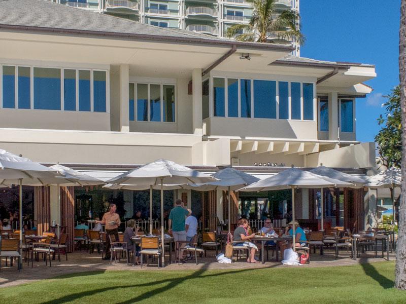 カハラホテルのプルメリアビーチハウス利用者の服装の例