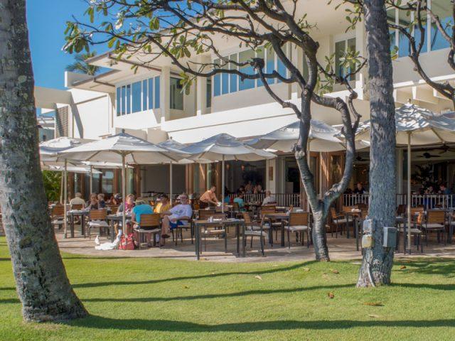 カハラホテルのプルメリアビーチバーのテラス席、カジュアルな服装で利用できる