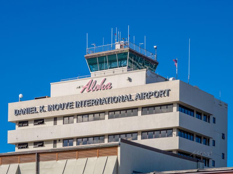 ホノルル空港の有名な管制塔の全景を撮影できる場所