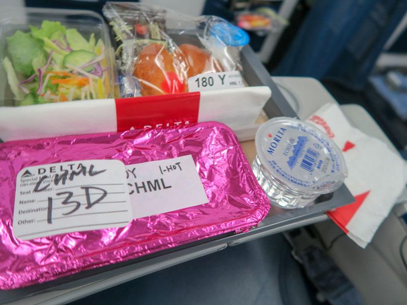 ハワイ行きの飛行機で機内食が出てきた時間帯の例