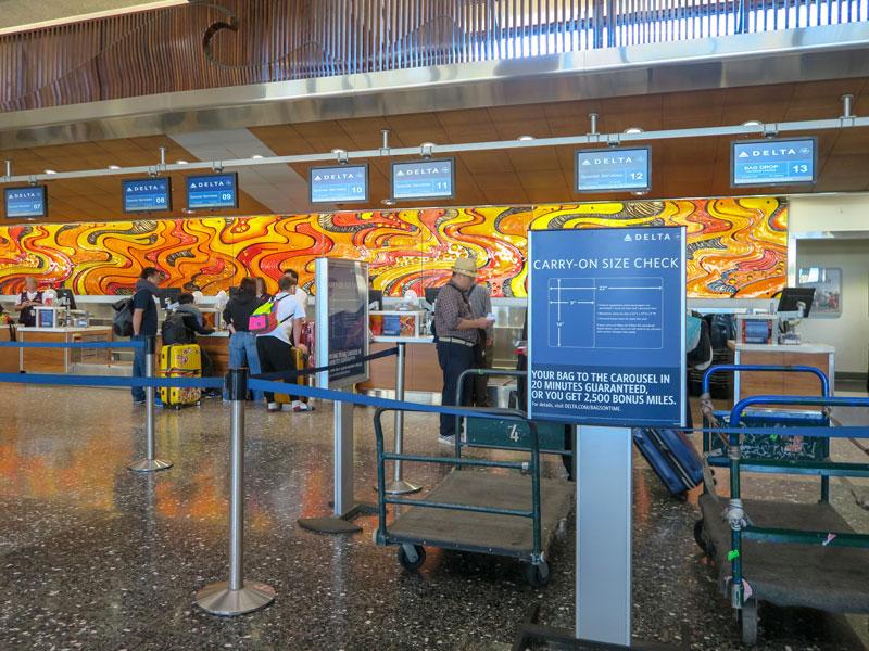 混雑時のホノルル空港の保安検査で預けた荷物に目が届かなくなった体験談