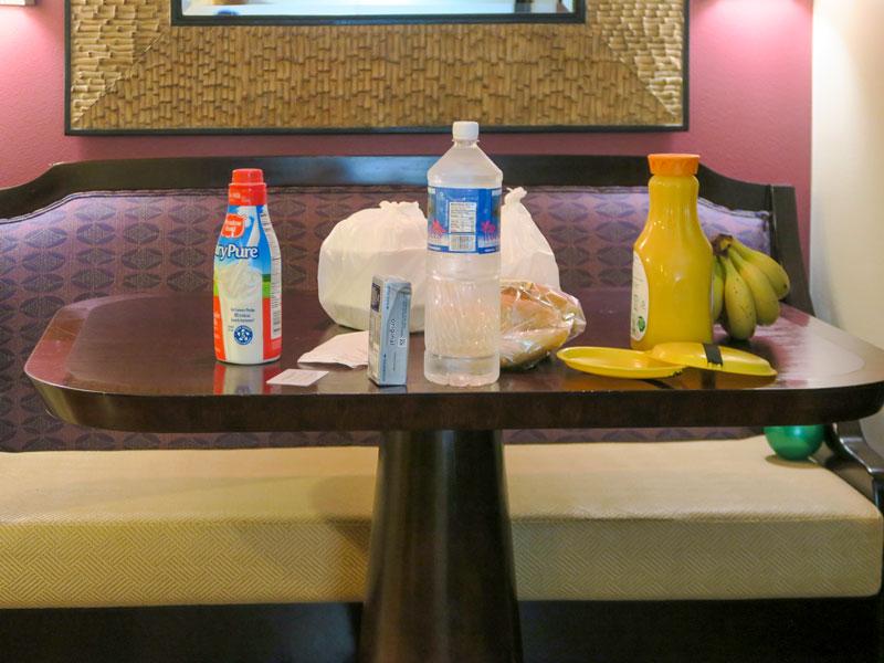ワイキキのスーパーで買った牛乳、オレンジジュース、水、クリームチーズ、パン、バナナの価格の例
