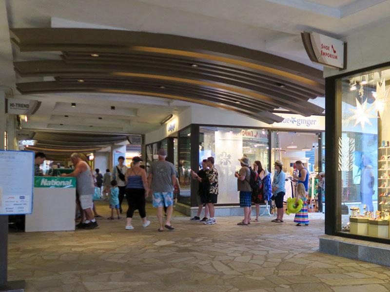 ヒルトン・ハワイアン・ビレッジでレンタカーのカウンター前に行列ができた時間帯の例