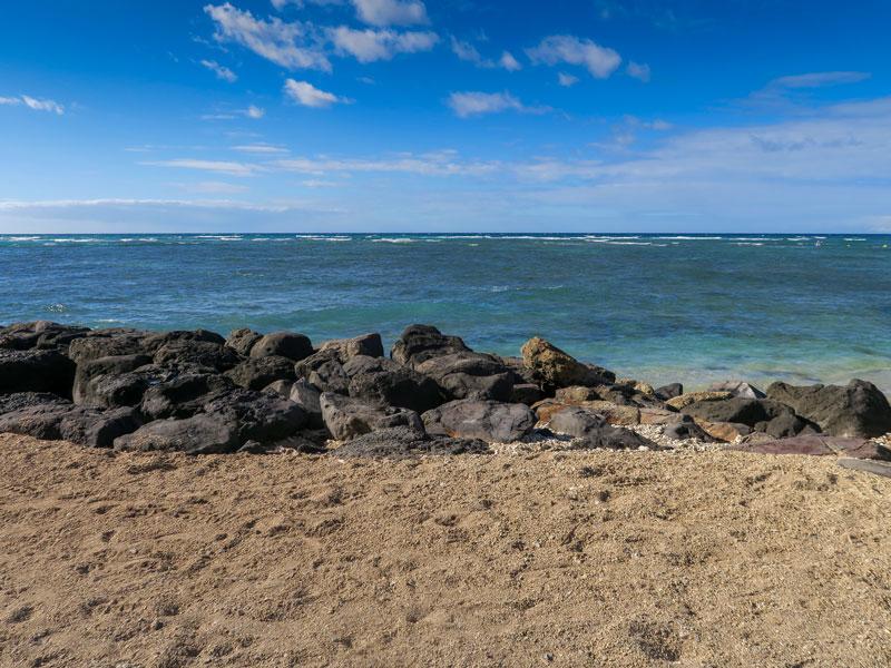 ヒルトン・ハワイアン・ビレッジ近くで海をバックに自分達だけの写真を撮りやすい場所