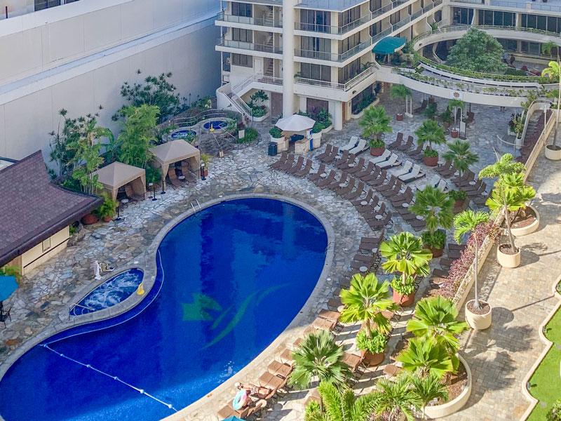 ハワイ旅行をきっかけに「ホテルのプールサイドでゆっくり過ごす魅力がわかった」という友人の話