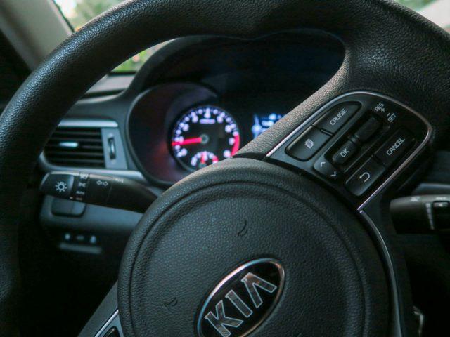起亜自動車オプティマのハンドルの様子、機器類が日本車に似ている