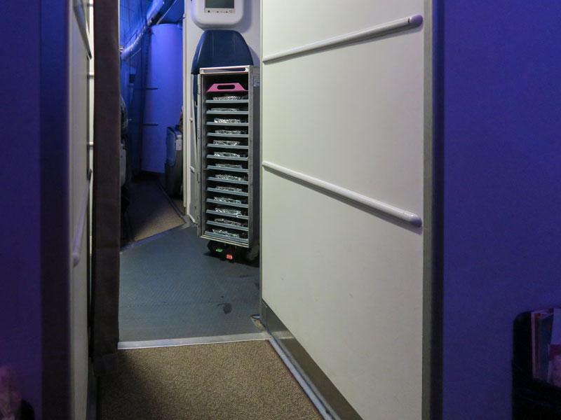 羽田深夜発のハワイアン航空で機内食が何回あったか?何時に配膳されたか?