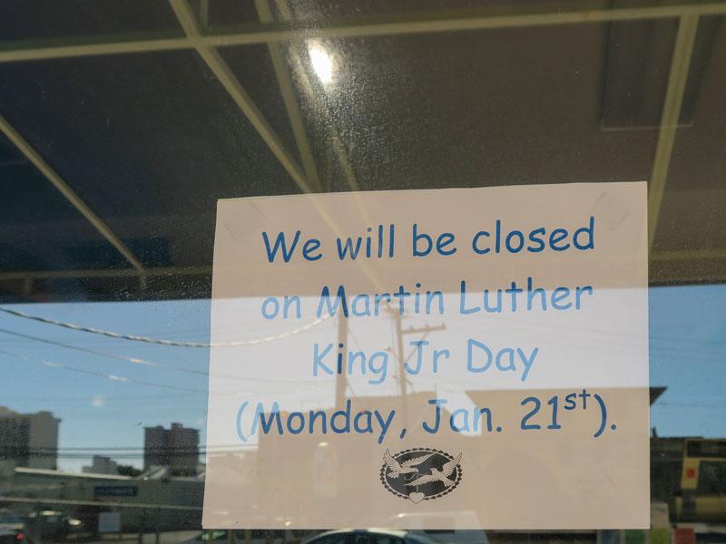 ハワイの祝日に持ち帰り料理を買いに行った店が休みだった失敗談