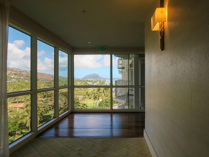 カハラホテル6階廊下から見た山側の眺望の様子