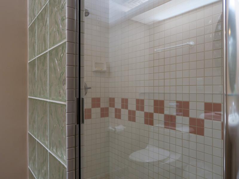 コナ・コースト・リゾート、2ベッドルームの狭い方のシャワー室の様子