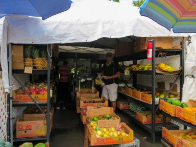 カイルアコナのファーマーズマーケットの青果店