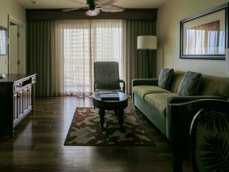 グランド・ワイキキアン1ベッドルーム、ソファーベッドになるソファーの様子